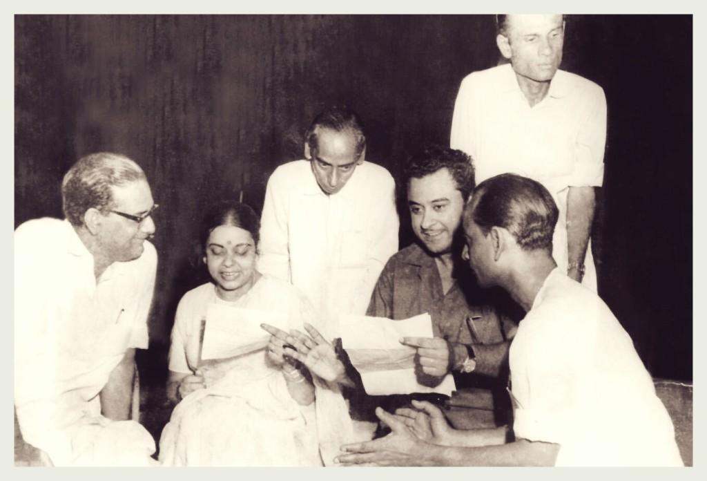 Hemant Kumar, Ila Bosu, Director Hiren Nag, Kishore Kumar, Gouriprasannya Majumdar, Music director Gopen Mallick