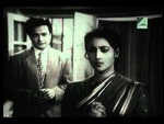 Sparks fly when the sophisticated millionaire Rajnath Samanta (Uttam Kumar) grandly woos the self-respecting, independent artist Shakuntala (Suchitra Sen).