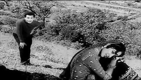 Biswajit and Waheeda Rehman in Beqaraar kar ke humen yun na jaiye (Bees Saal Baad)