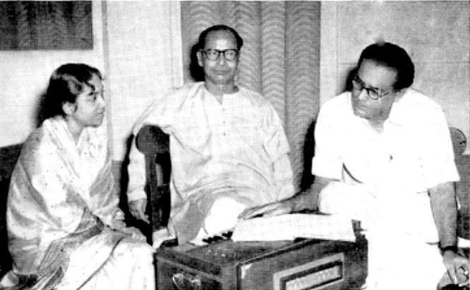Composer Santosh Sengupta (Head of HMV Kolkata) rehearsing songs with Hemant Kumar and Geeta Dutt.