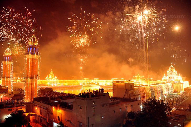 Pic courtesy: UrbanUrban_ru (Flickr: DIWALI INDIA 2) [CC BY-SA 2.0]